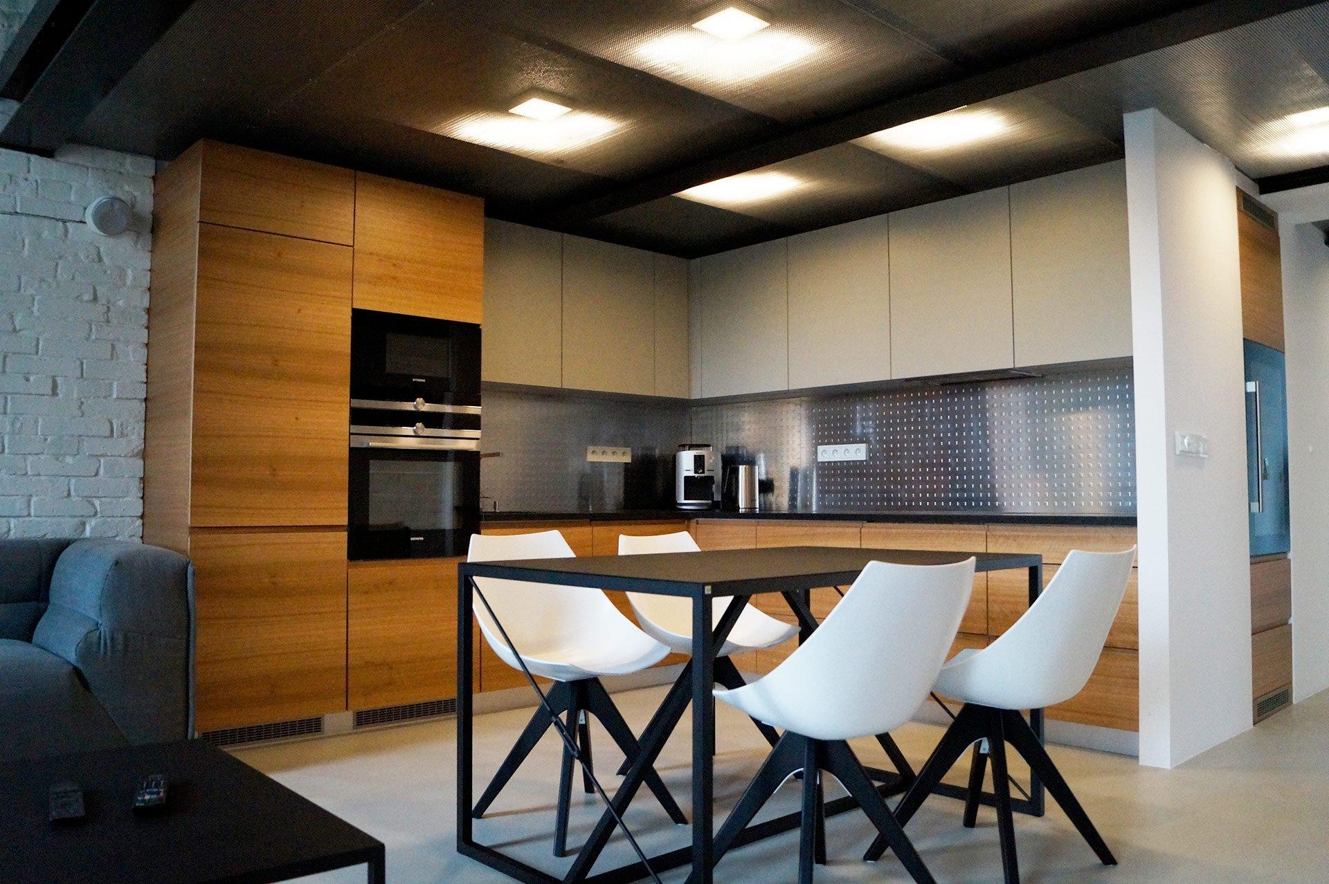 kuchnia nowoczesna, kuchnia biało drewniana, czarne dodatki