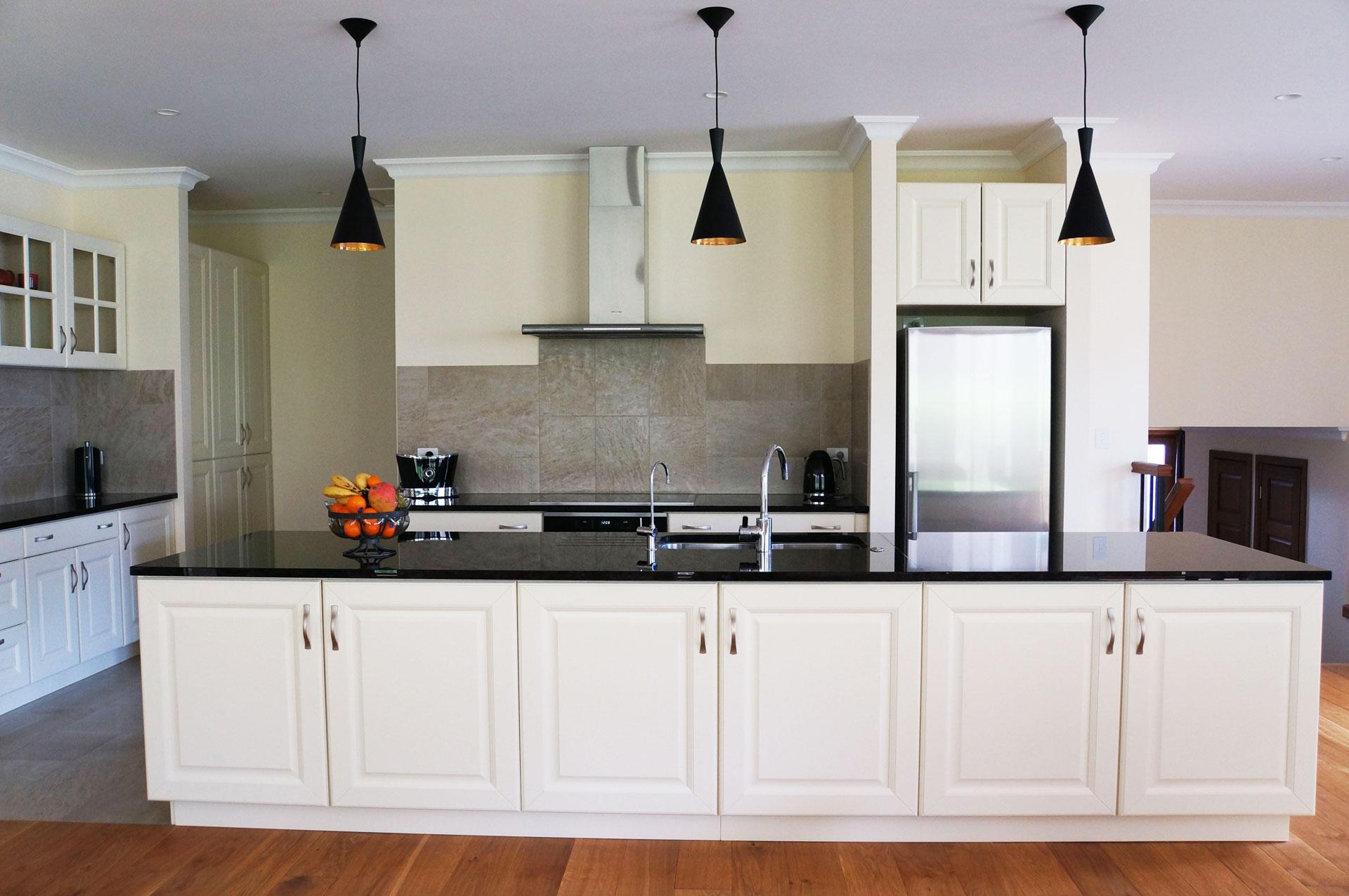 fronty frezowane, fronty kremowe, kuchnia stylowa, blaty granitowe, czarne blaty