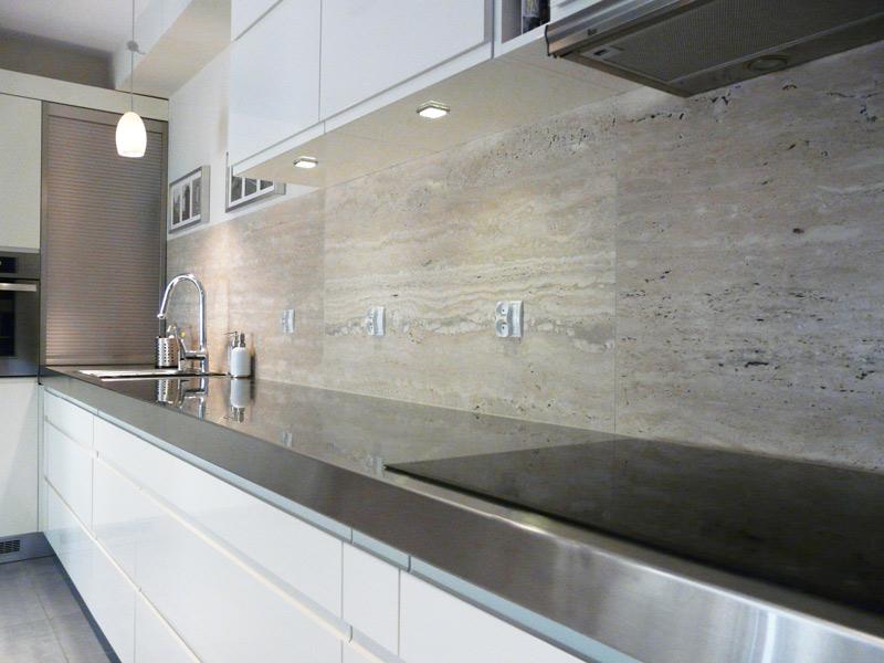 biała kuchnia, uchwyty wpuszczane, kuchnia bez uchwytów, blaty stalowe, roleta stalowa