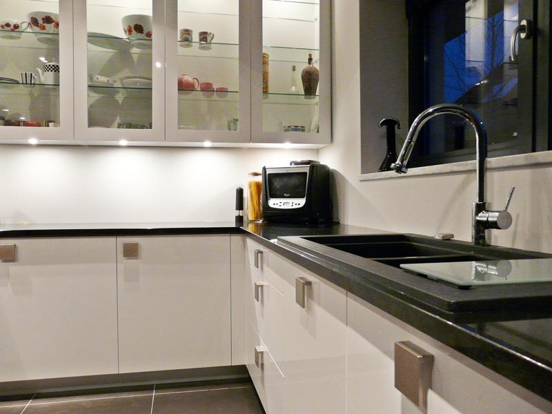 kuchnia biała, orzech, witryny, czarne blaty