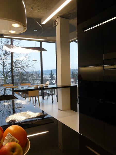czarna kuchni, czarne blaty, czarne szkło, szkło na ścianie