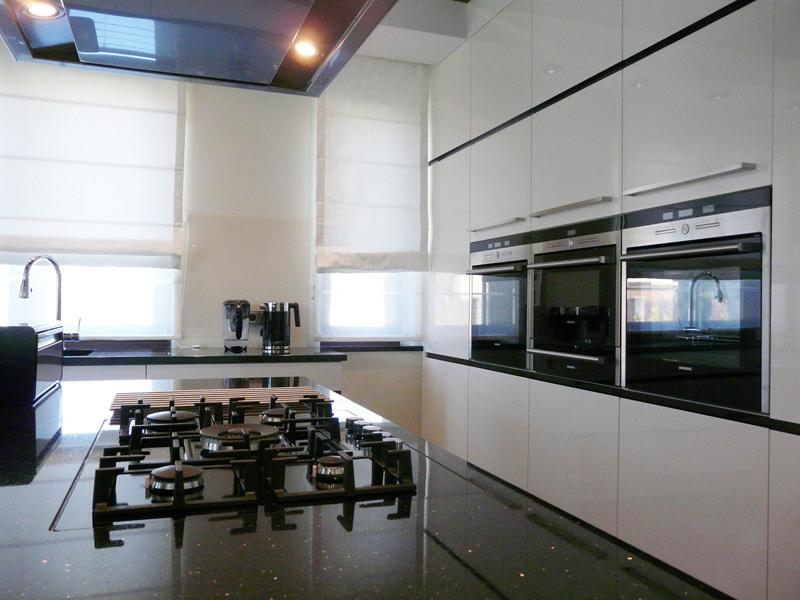 kuchnia nowoczesna, biała, wenge, uchwyty frezowane