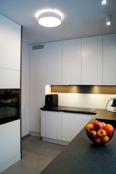kuchnia biała, kuchnia biało szara, okładziny fornirowane, blaty antracytowe