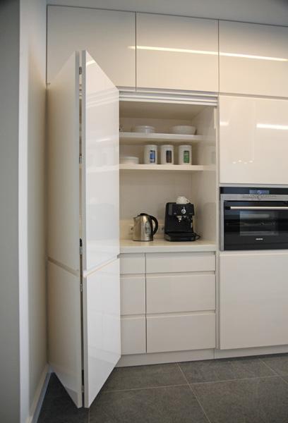 kuchnia biała, biały połysk, blaty granitowe, uchwyty frezowane, kuchnia bez uchwytów