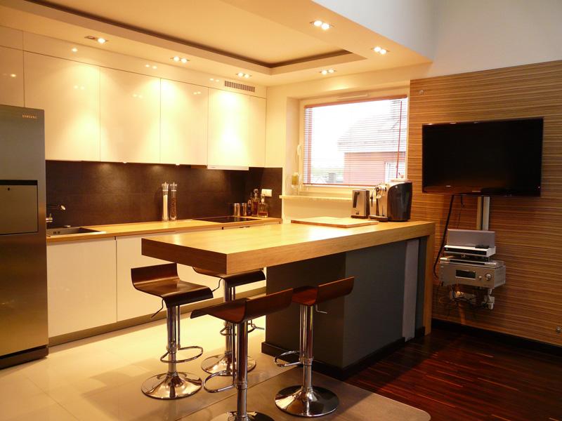 kuchnia biała, blaty dębowe, zebrano, fronty frezowane