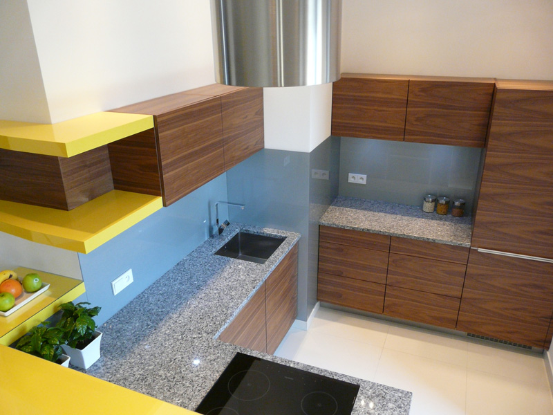 orzech, żółta kuchnia, nowoczesny barek